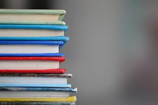 Bücherstapel von der Seite
