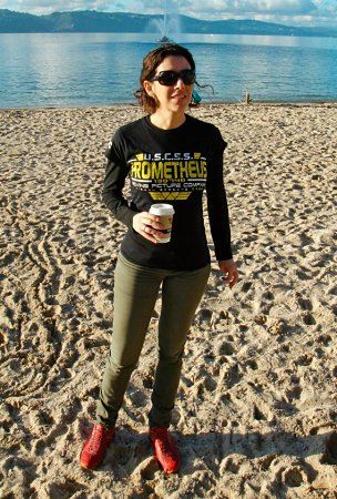 Carolina Jiménez García tomando café en una playa de Nueva Zelanda