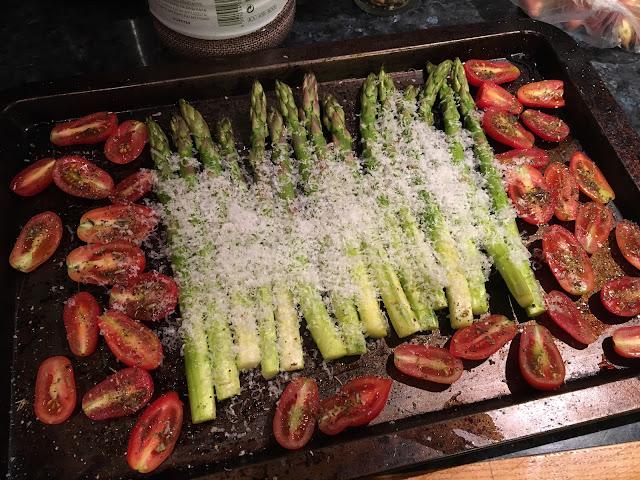Cпаржа запеченая в духовке с сыром и помидорами-черри