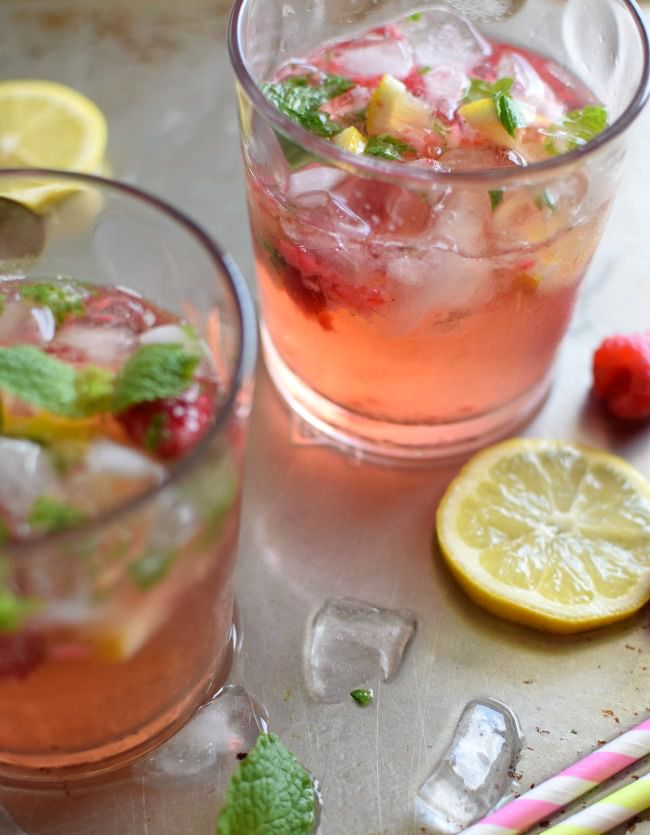 Con frutas y hierbas; refresco de frambuesas, limón y yerbabuena, una bebida muy fácil de preparar