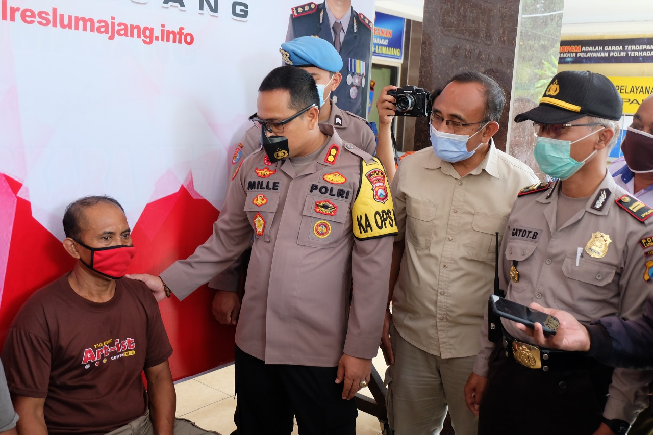 Kapolres Lumajang, AKBP Deddy Foury Millewa, SH., S.I.K., M.I.K saat  pers release