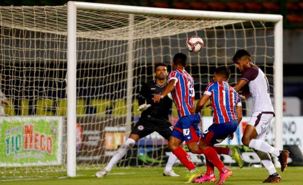 Bahia perde chances, leva pressão, mas vai à semifinal do Baiano