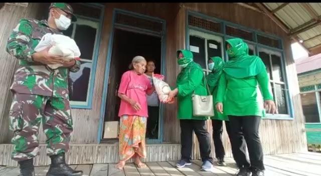 Dandim 1013/Muara Teweh, Membagikan Pekat Sembako kepada Masyarakat Desa Danau Usung