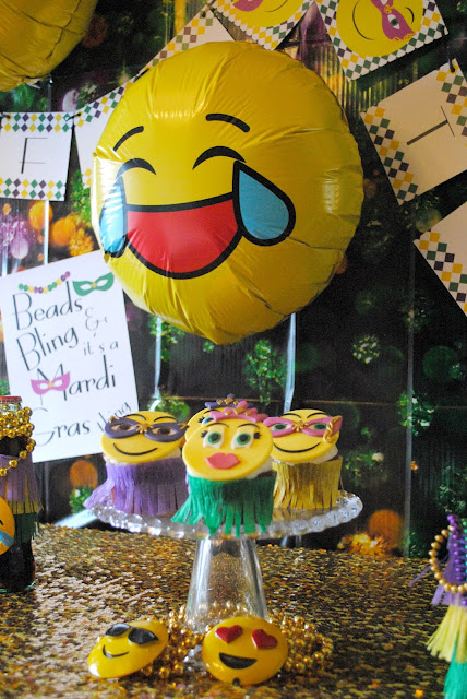 Emojinal Mardi Gras party filled with easy DIY. Get more information over on www.fizzyparty.com