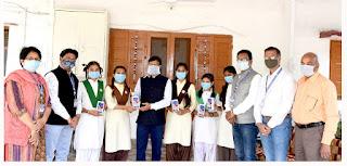 कलेक्टर श्री गोपालचंद्र डाड ने छात्राओं को स्मार्टफोन प्रदान किए