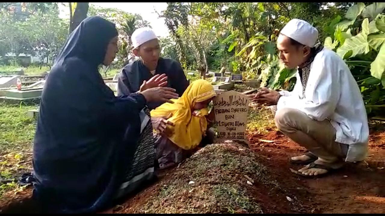 Momen Menguras Air Mata Saat Anak Korban Rusuh 22 Mei Ziarahi Makam Ayahnya