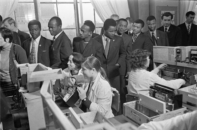 1972 год. Рига. Vispasaules darba jaunatnes konferences delegāti apmeklē rūpnīcu VEF. Foto: J. Fadejevs