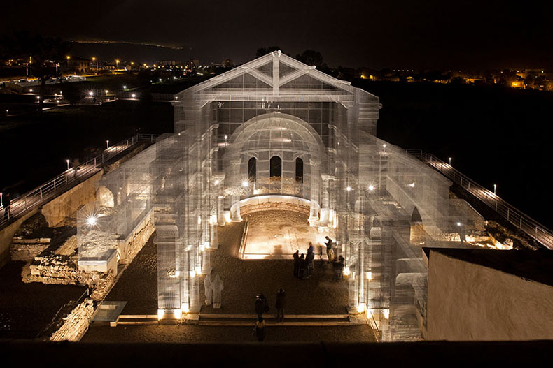 Un iglesia paleocristiana resucitada en colosales mallas de alambre por Edoardo Tresoldi