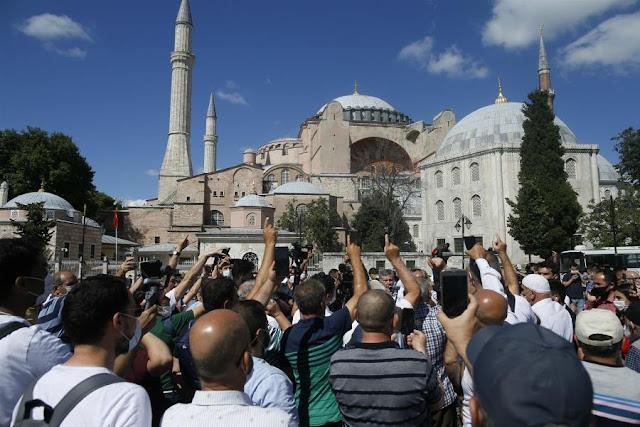 Αγία Σοφία: Έψαλε ο ιμάμης από το εσωτερικό της, πανηγυρισμοί Τούρκων