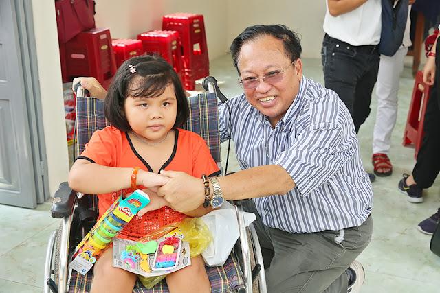 Giáo sư Hà Tôn Vinh cùng NSƯT Trịnh Kim Chi trao nhà tình thương - Ảnh 4