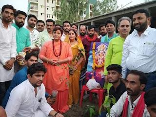 sadhvi-pragya-distribute-tree