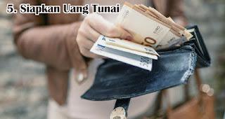 Siapkan Uang Tunai merupakan tips atasi godaan promo akhir tahun