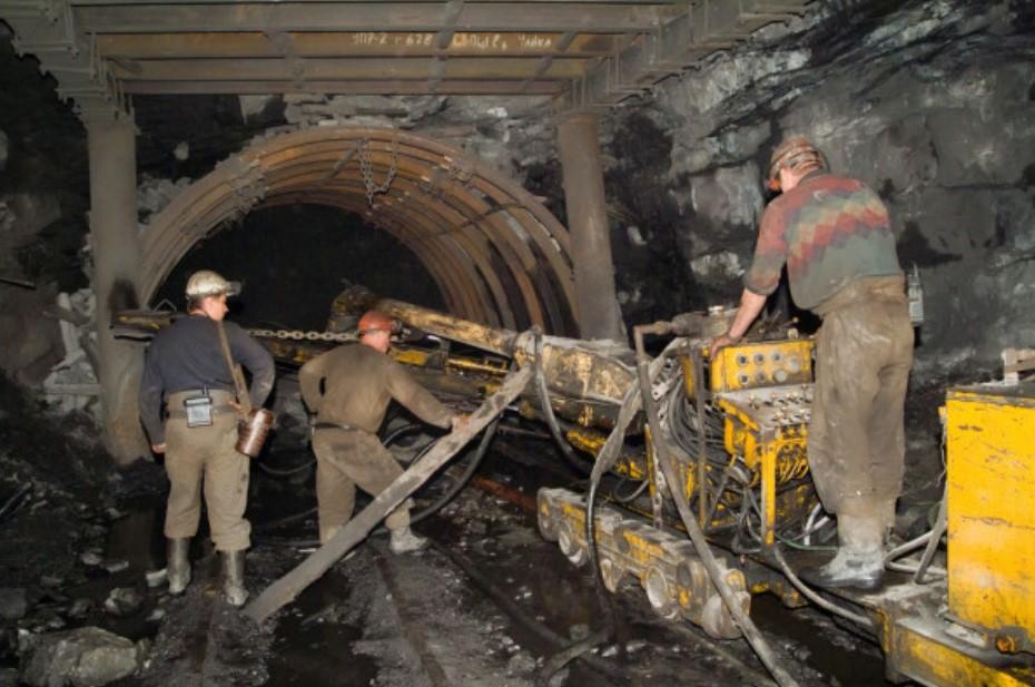 conveyor dan pekerja tambang batu bara