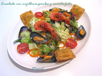 Ensalada con mejillones, gambas y raviolis fritos.