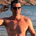 Σάκης Ρουβάς: Του αρέσει να κάνει γυμνός μπάνιο στη θάλασσα (video)