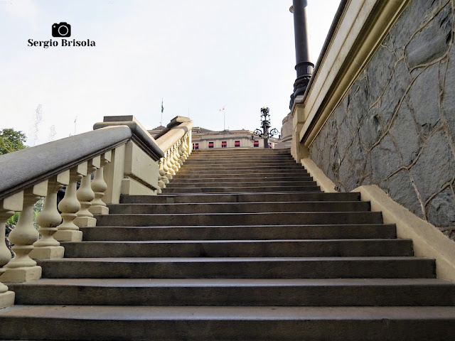 Vista ampla da escadaria esquerda do Monumento a Carlos Gomes - Praça Ramos De Azevedo - São Paulo