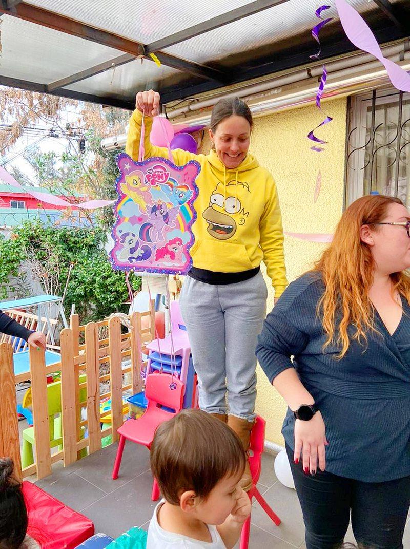 Maly Jorquiera da mamadera, juega y abraza a niños en riesgo social