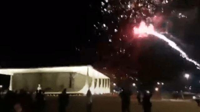 Alexandre de Moraes mandou prender seis pessoas que lançaram fogos de artifício contra a Corte.