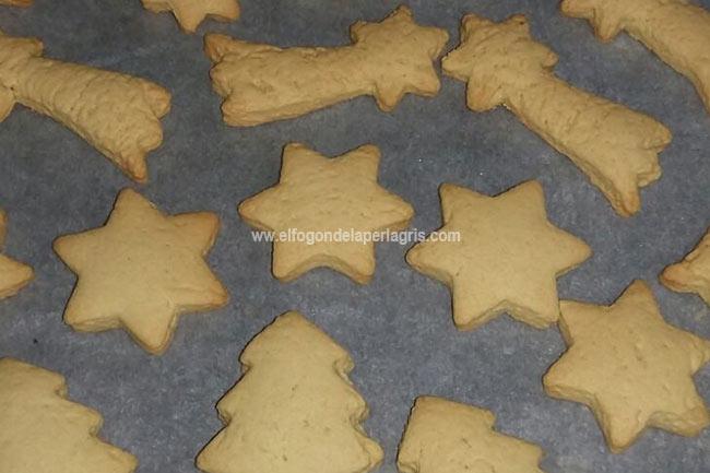 Sacar las galletas navideñas una vez doradas
