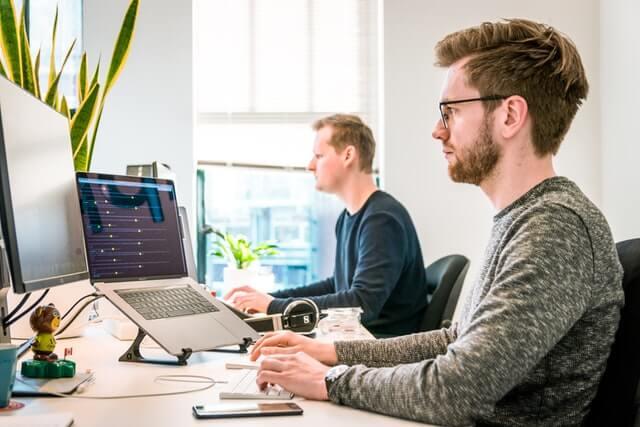 Homens trabalhando em escritório