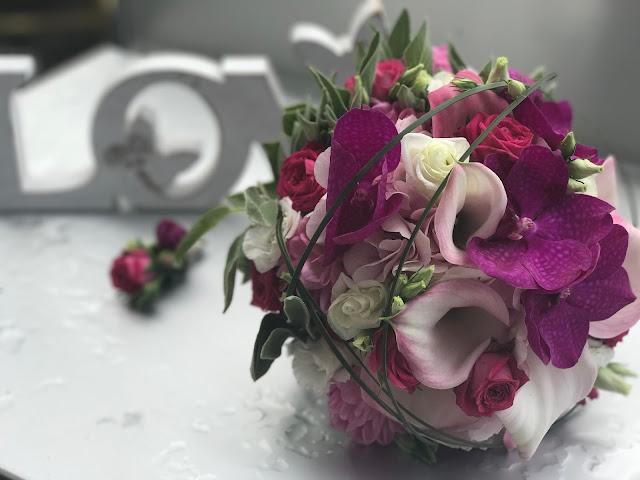 Brautstrauß Calla und Orchideen, Pink travel themed wedding - Reise ins Glück Hochzeitsmotto im Riessersee Hotel Garmisch-Partenkirchen, Bayern Sommerhochzeit im Seehaus in den Bergen, Hochzeitsplanerin Uschi Glas