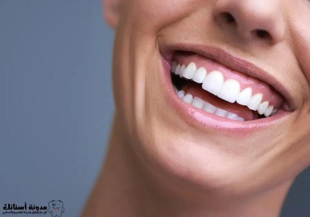 6 طرق لتبييض الأسنان بالمنزل تغنيك عن المعجون.