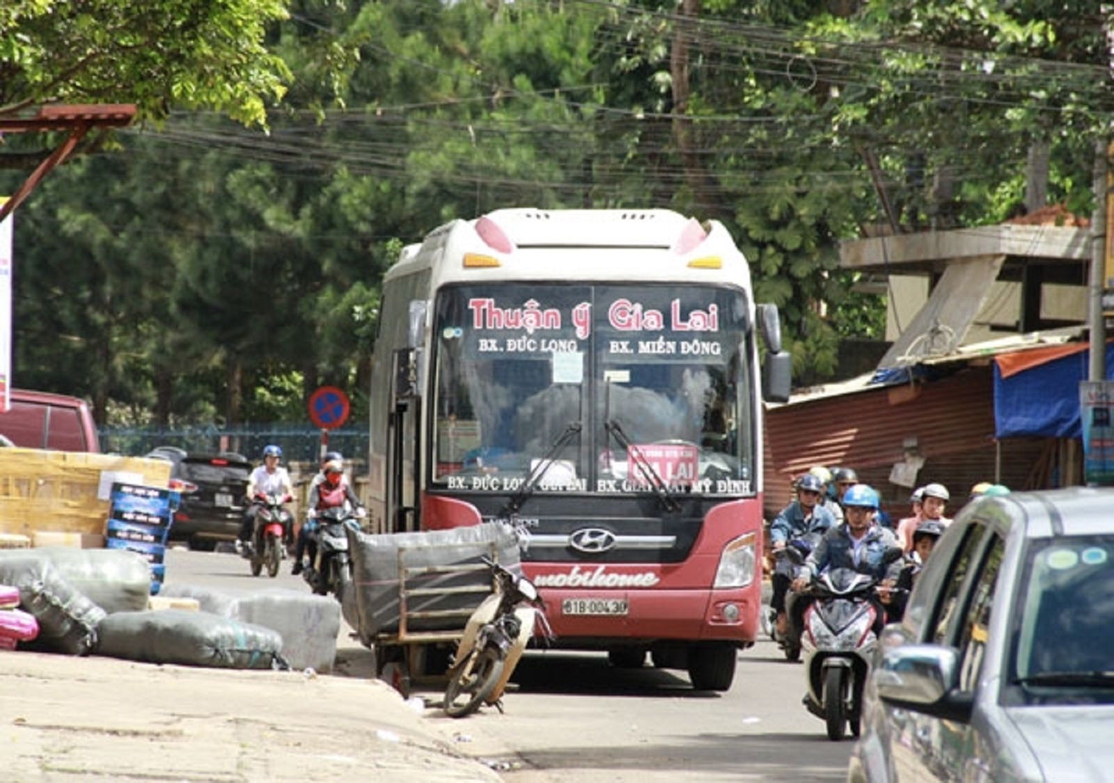 Gia Lai: Xe khách ngang nhiên vào phố cấm đón trả khách