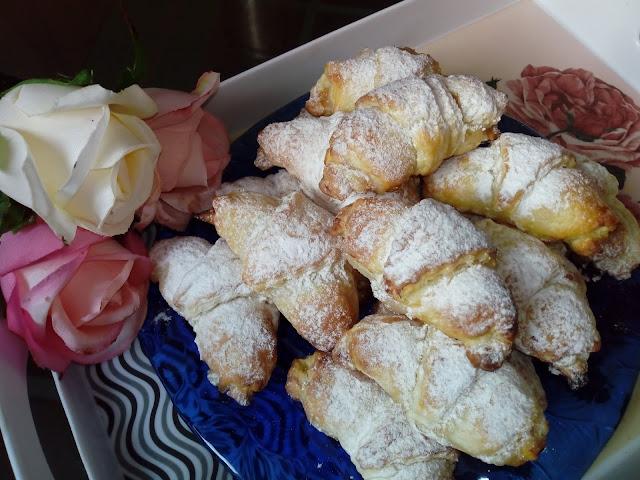 Francuskie rogaliki z jablkiem rogaliki z ciasta francuskiego ciasto francuskie rogaliki z prazonymi jablkami i cynamonem rogaliki szarlotkowe szybkie rogaliki