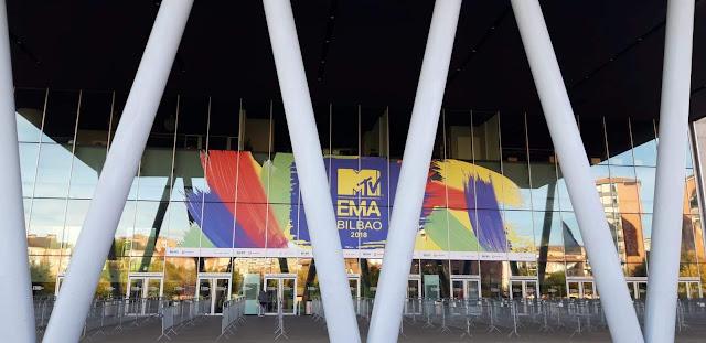 Entrada a la feria de muestras BEC decorada con el cartel del programa de televisión