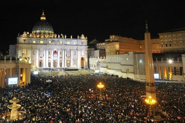 Pessoas acompanhando a Missa do Galo na Praça São Pedro