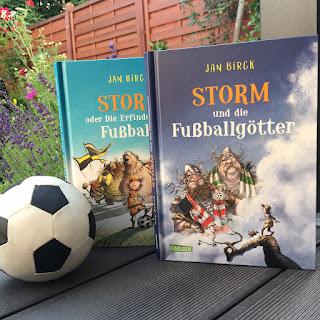 """""""Storm und die Fußballgötter"""" von Jan Birck, Carlsen Verlag, Vorlesebuch ab 6 Jahren, Rezension auf Kinderbuchblog Familienbuecherei"""