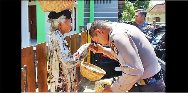 Cium Tangan Kaum Duafa, Polisi NTB Buat Jutaan Netizen Nangis