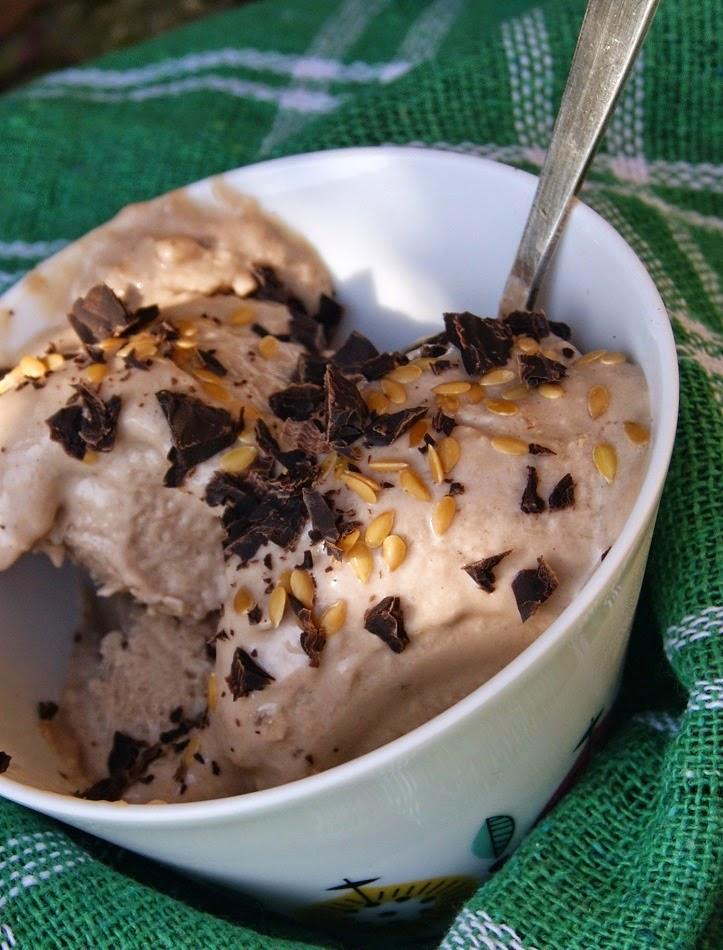 Czekoladowe lody wegańskie z tahini i sliwka
