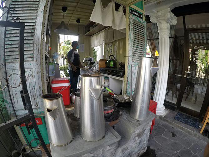 Wadah air kopi pun mirip di Belitung
