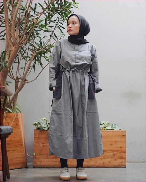 Outfit Baju Tunic Untuk Hijabers Ala Selebgram 2018 baju tunic abu legging hitam kets sneakers lace ups putih kerudung segiempat hijab square ciput rajut trendy ootd kekinian pohon pot kayu daun hijau jam tangan