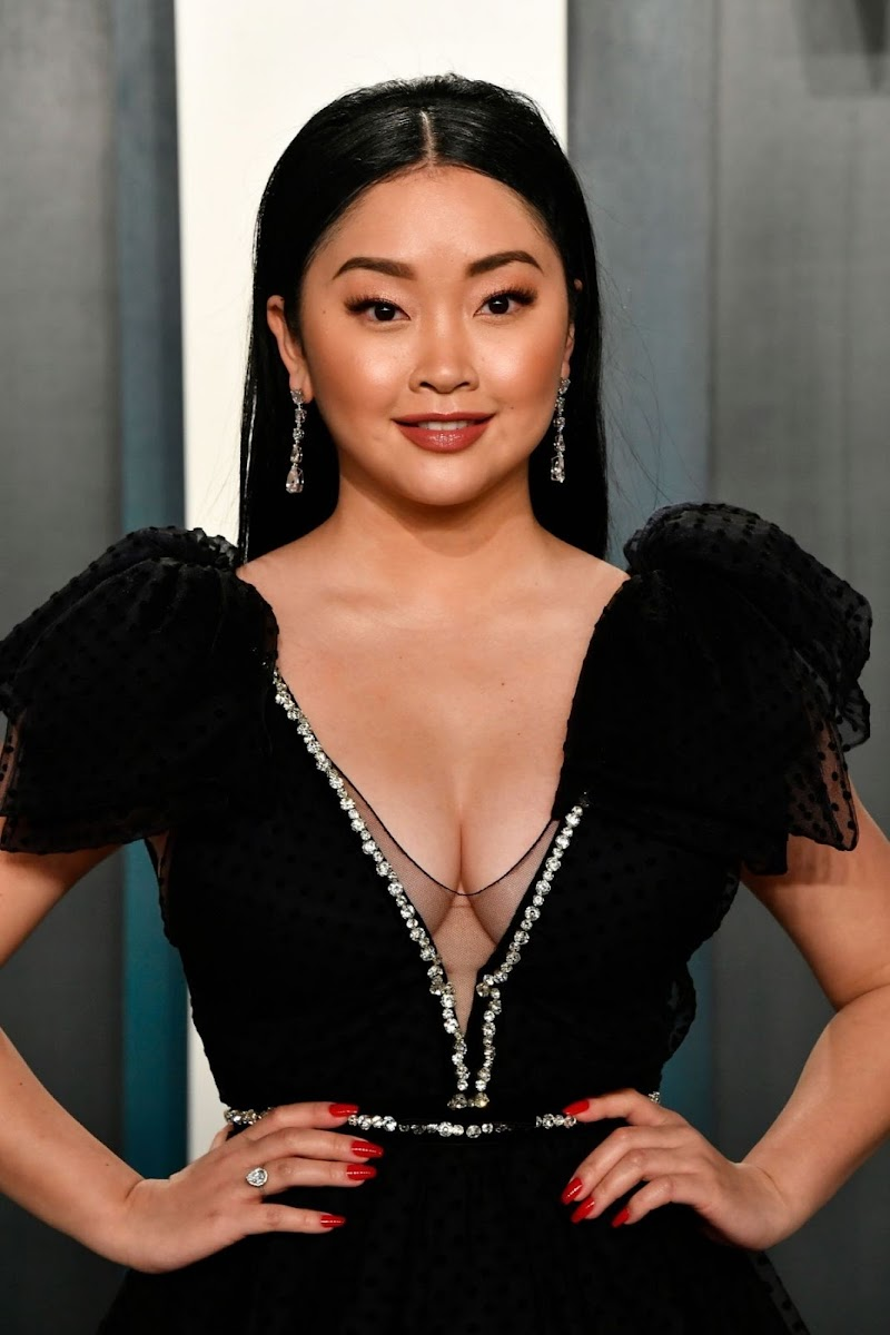 Lana Condor Clciks at 2020 Vanity Fair Oscar Party in Beverly Hills 9 feb-2020