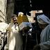 عاجل | شاهد بالصور: امام اللجان توزيع سكر وزيت علي الناخبين