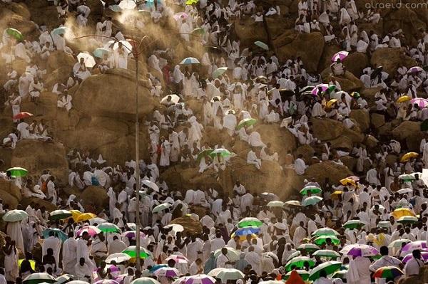 فيديو: «أمطار الخير» الان على حجاج بيت الله الحرام في صعيد عرفات