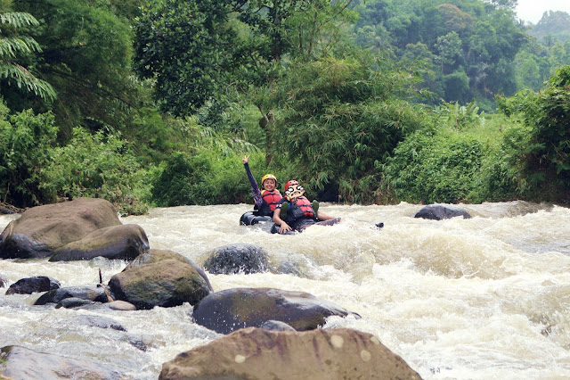 berfoto-di-sungai-ciherang-river-tubing-todaydream