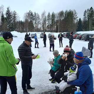 Kisaosallistujat nauttimassa virvokkeita Kylätuvan edustalla