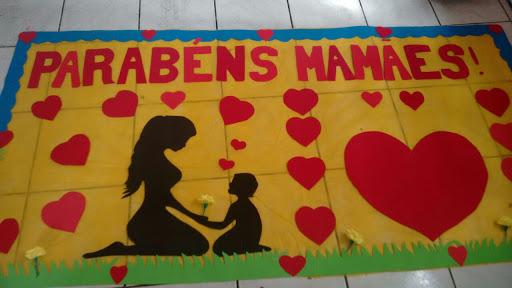 Mural para o Dia das Mães com corações e silhueta de mãe e filho