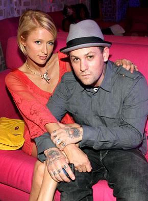 Foto de Benji Madden sentado junto a Paris Hilton