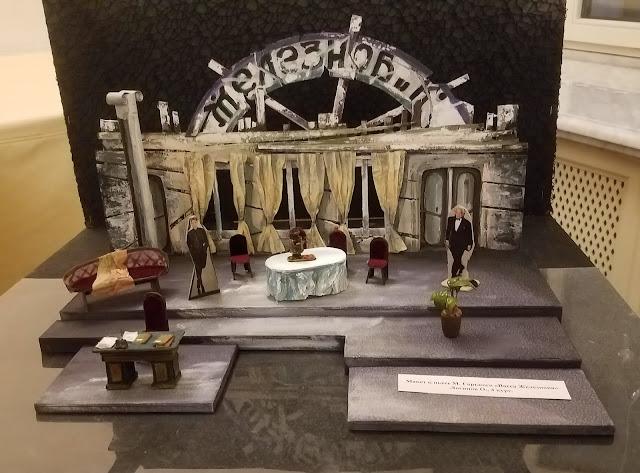 в фойе Самарского театра оперы и балета во время антракта рассматривали миниатюры
