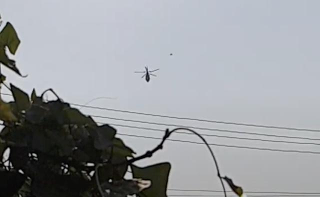 Un OVNI pasa por delante de un helicóptero en Bangkok, Tailandia, el 11 de marzo de 2021