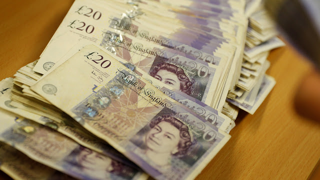 La libra esterlina cae tras la noticia del traslado de Boris Johnson a la UCI por el coronavirus
