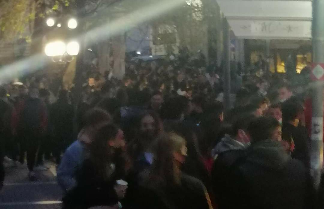 Ξάνθη: Συνεχίζεται ο μεγάλος συνωστισμός στην Πλατεία Αντίκα