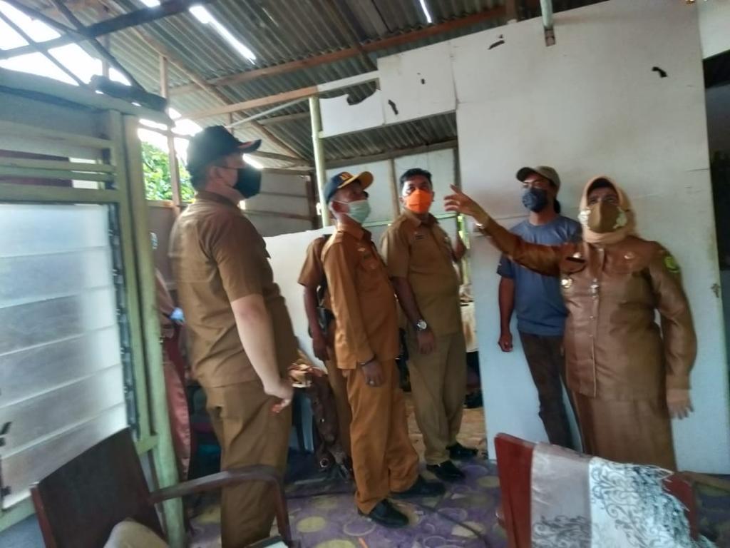 Rahma Bantu Warga Kelurahan Kampung Bugis Yang Rumahnya Tersambar Petir