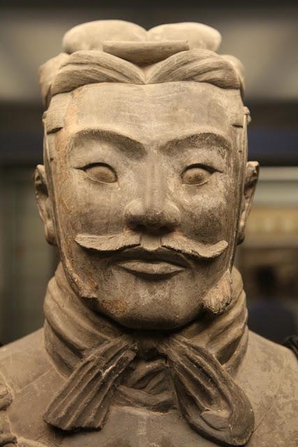 www.fertilmente.com.br - Na imagem o rosto de um oficial do exército de Terracota, reconhecido pelo Coque