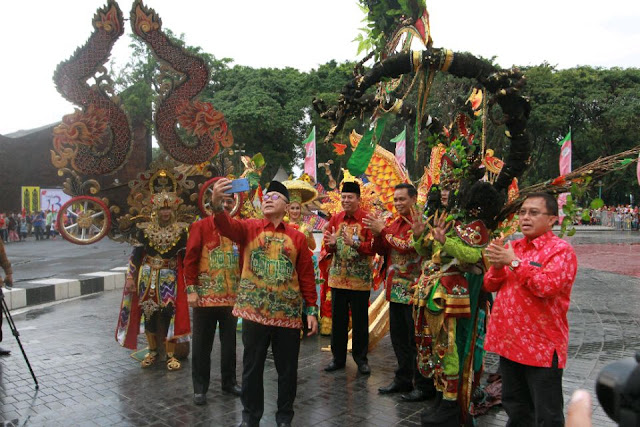 Ketua MPR RI Bangga Pakai Busana Sasirangan