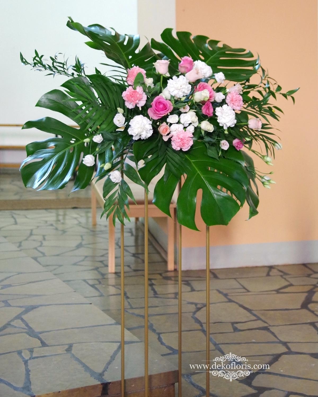 Dekoracja kościoła na ślub - różowe kompozycje z monsterą